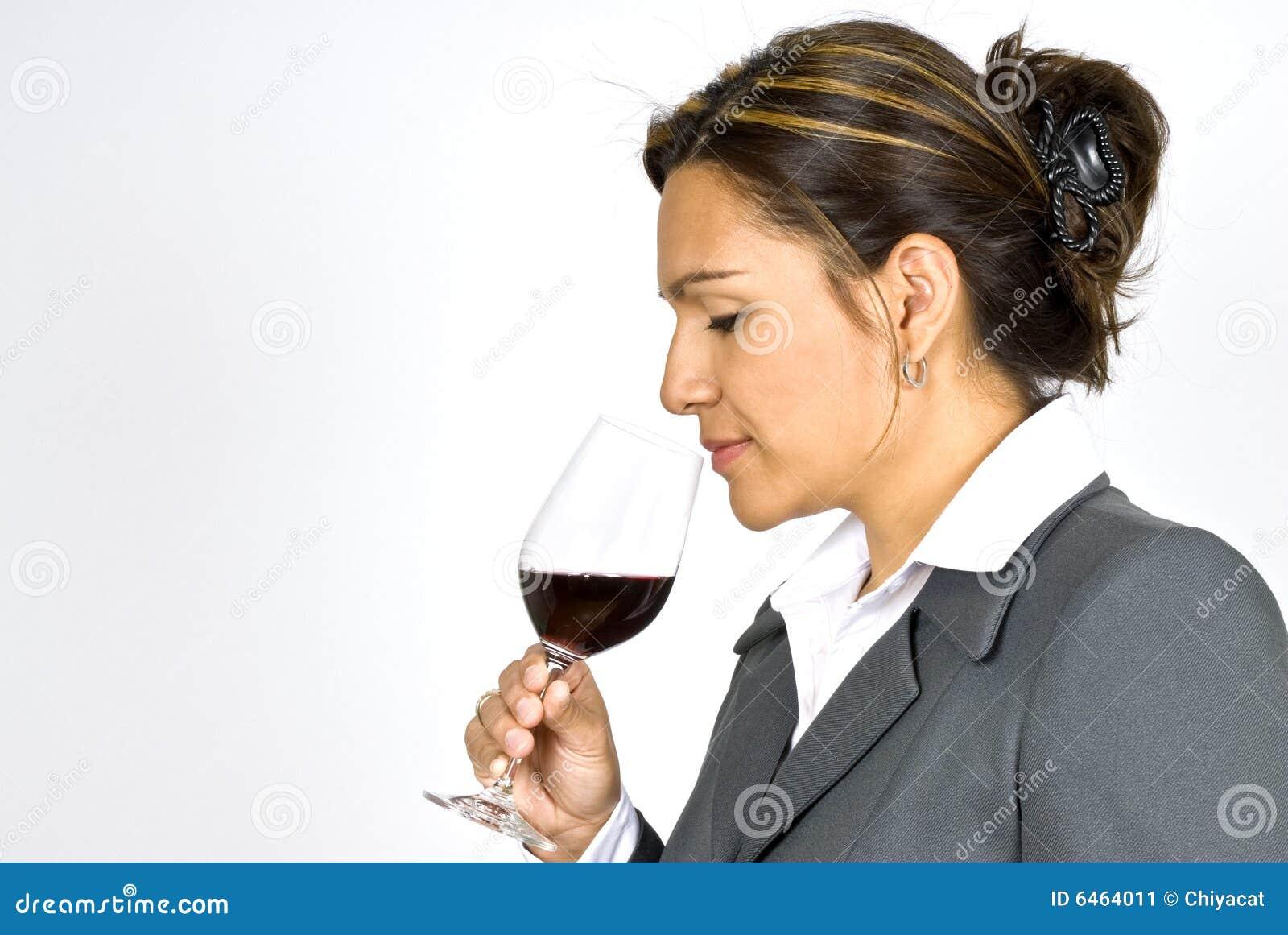 Provador latino-americano do vinho da mulher de negócio