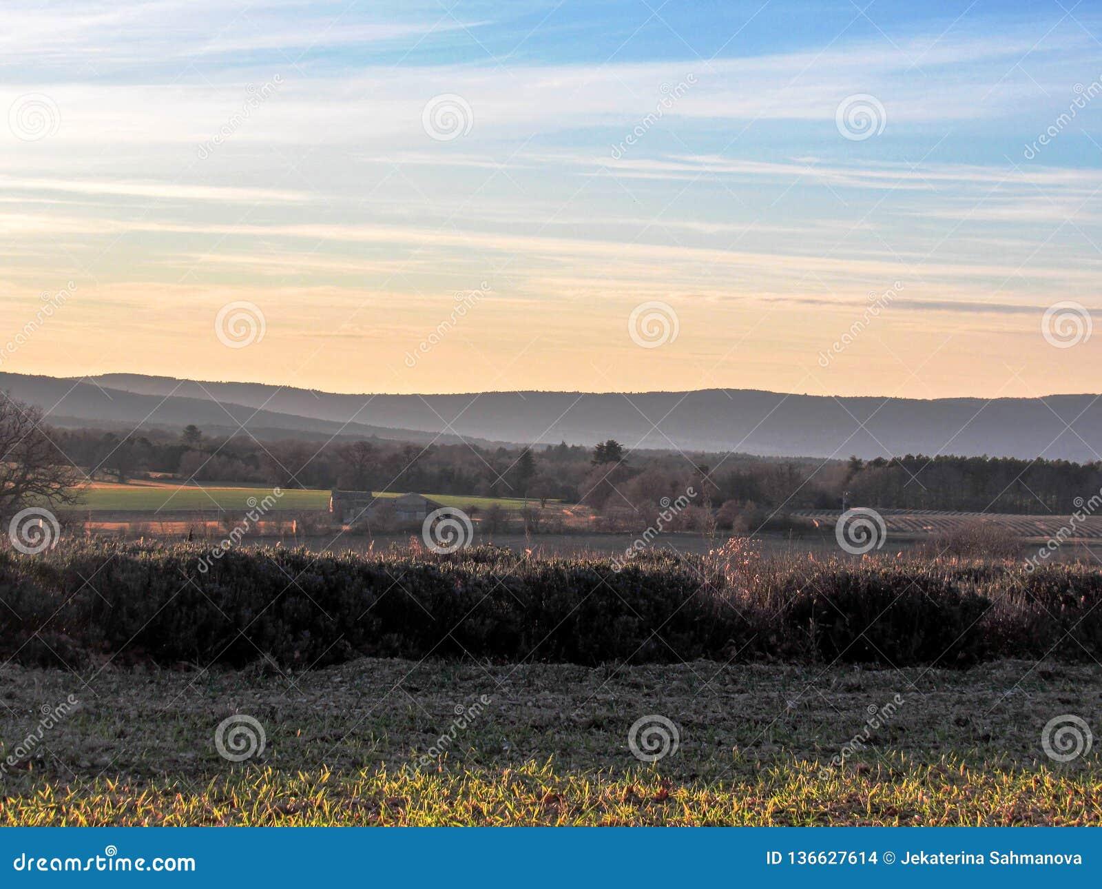 Provancal krajobraz przy zmierzchu czasem w zimie, Provence, Południowy Francja, Europa