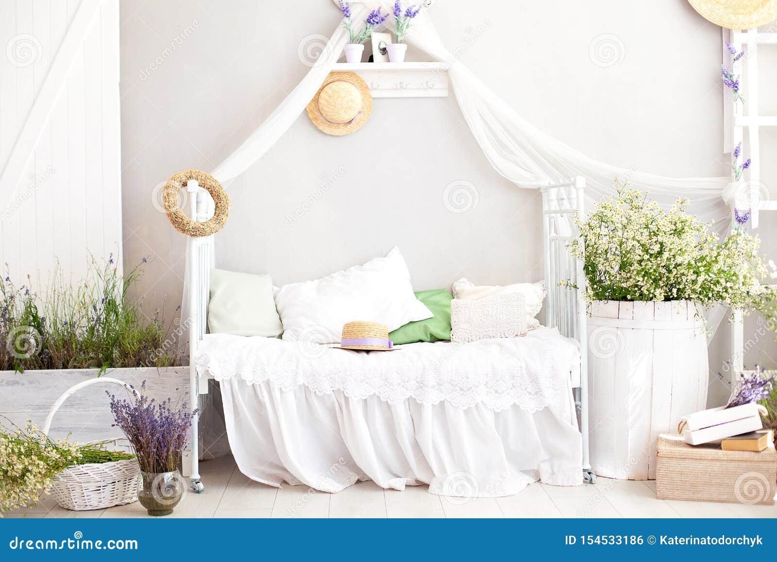 Provence stil, lantlig stil! Inre flickaktigt Provencal-stil för sjaskig stil sovrum Tappningruminre med vit smidesjärn är