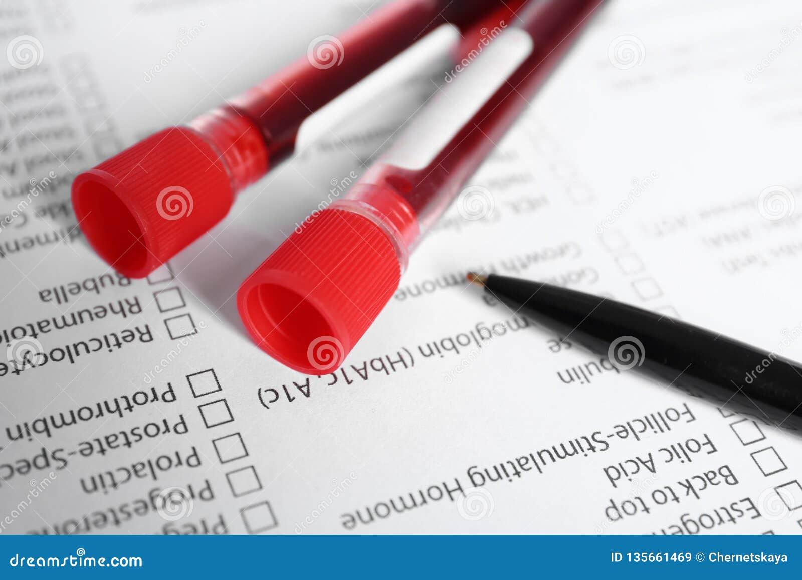 Provette con i campioni di sangue per analisi sulla forma della prova di laboratorio