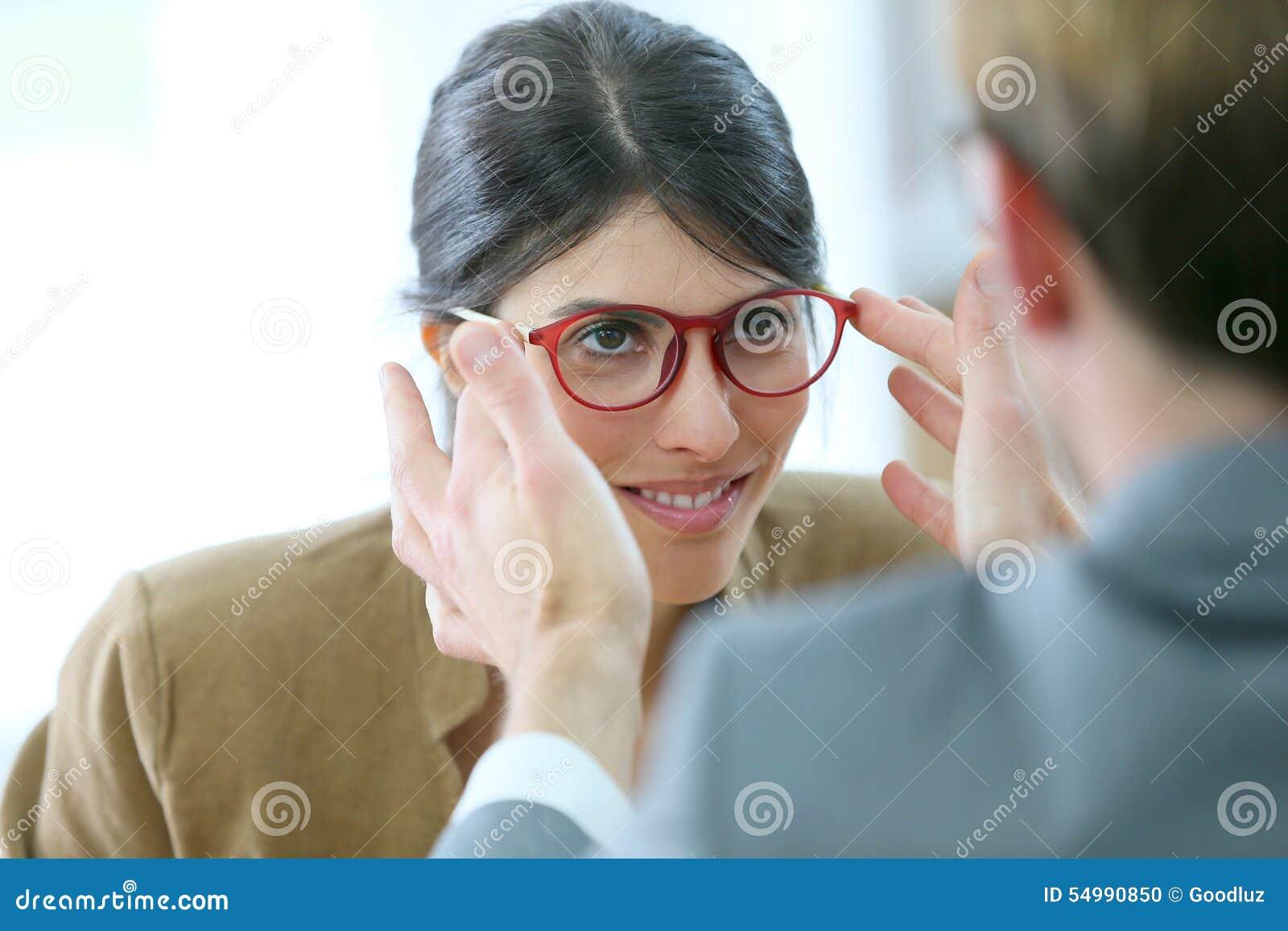 Provningsglasögon för ung kvinna i optiskt lager
