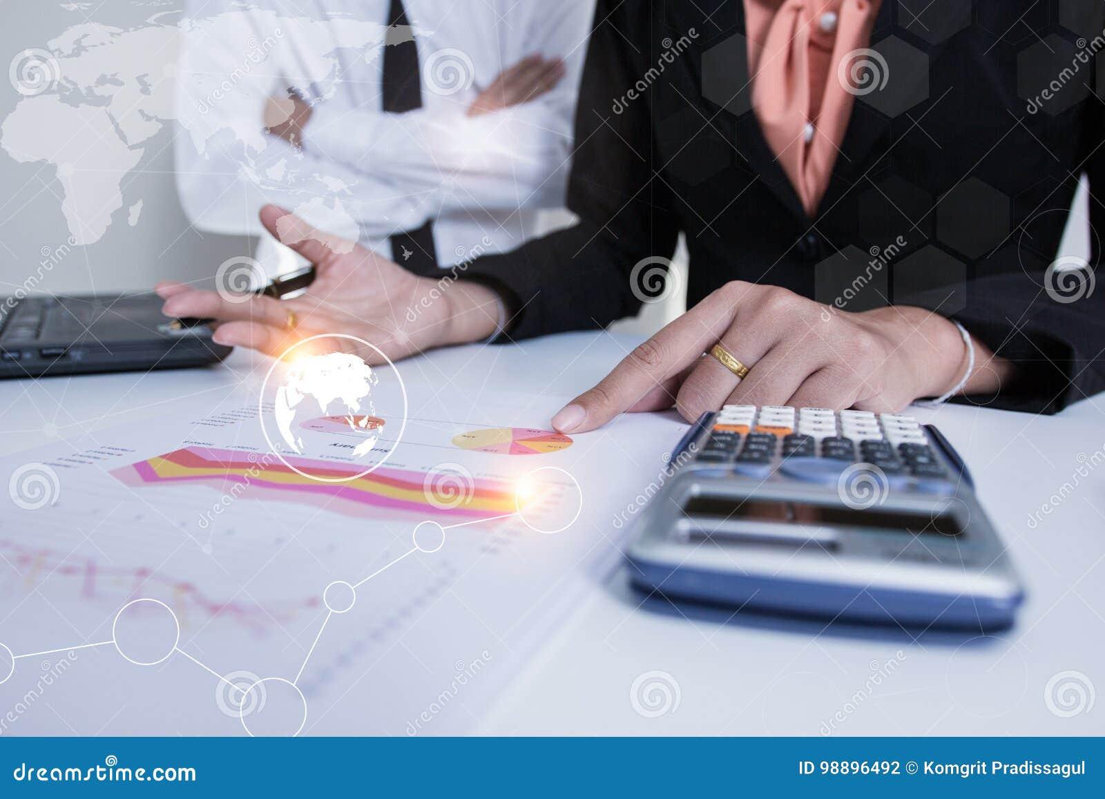 Proyecto asesor de la reunión del equipo del negocio inversor profesional que trabaja y que acepilla el proyecto Negocio y finanz