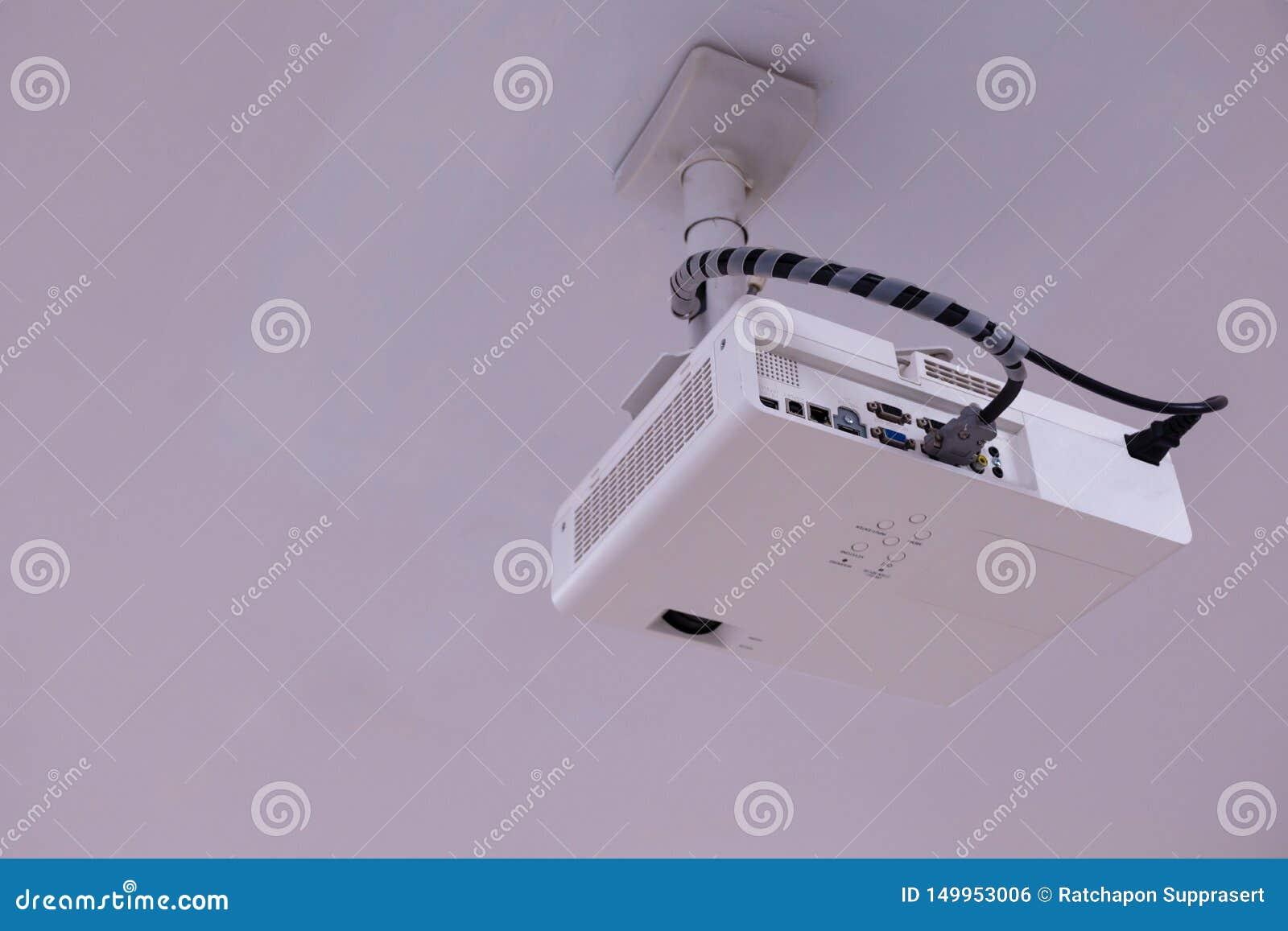 Proyector ascendente cercano de las multimedias instalado en el techo