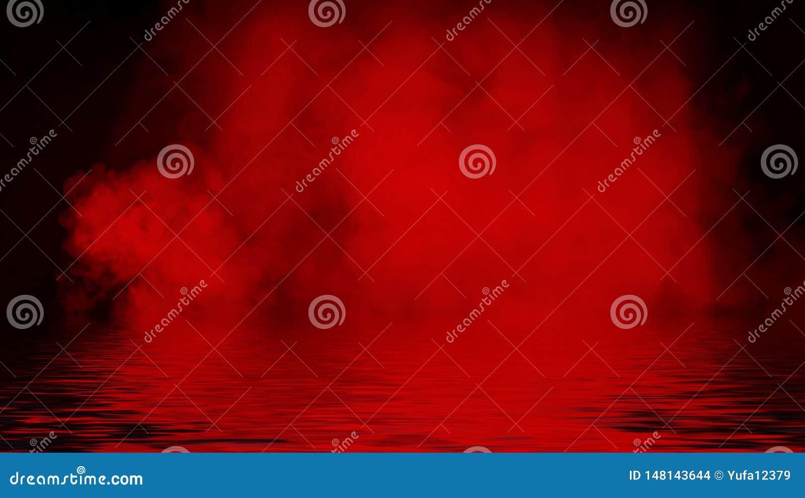 Proyector rojo del humo con la reflexi?n en agua La textura de la niebla del misterio sobrepone el fondo