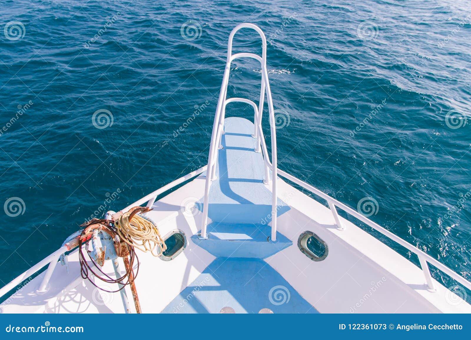 Prua bianca e blu e Pullpit della barca con Rusty Anchor e la S blu
