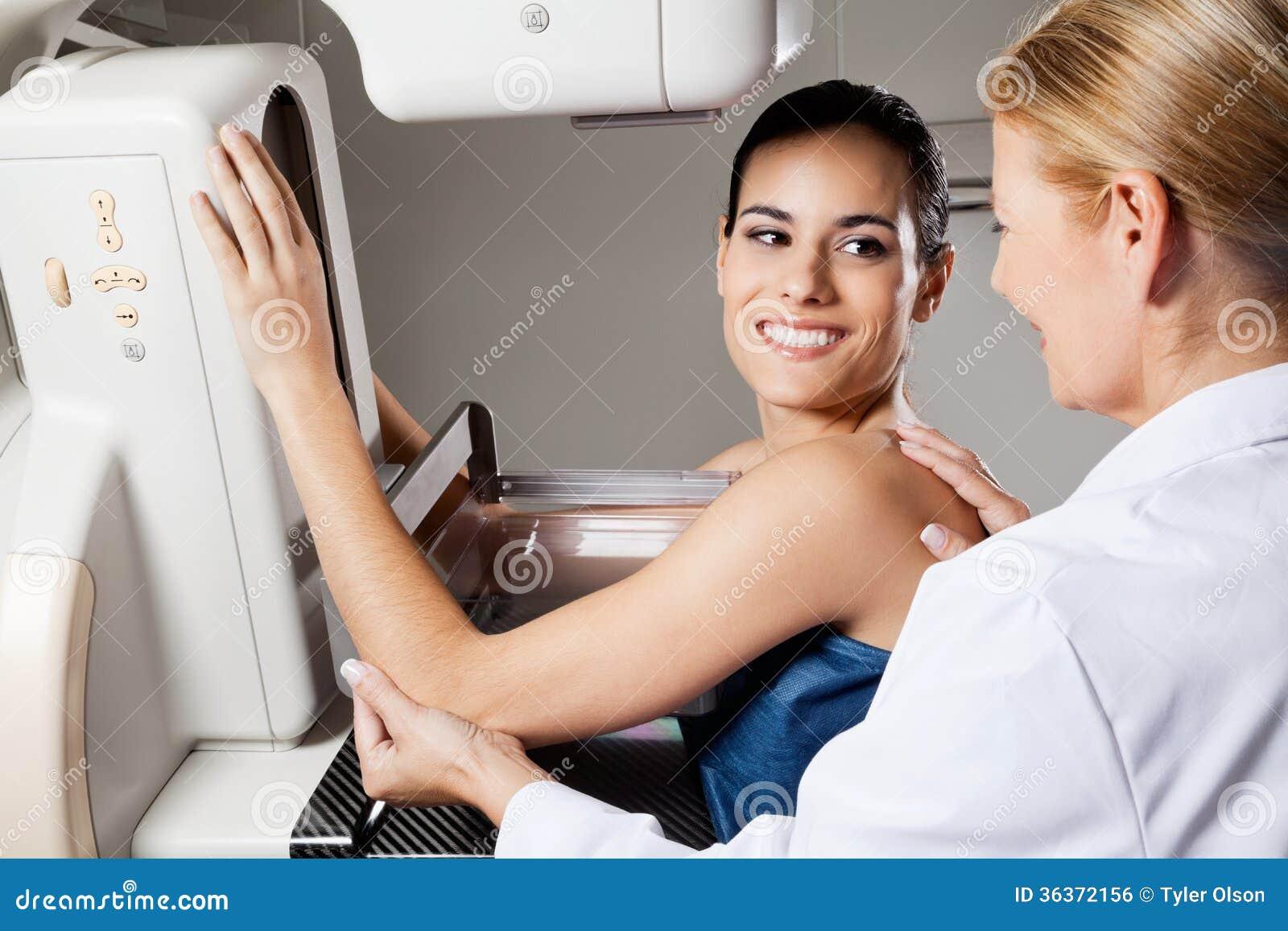 Prueba femenina de la radiografía del mamograma que experimenta