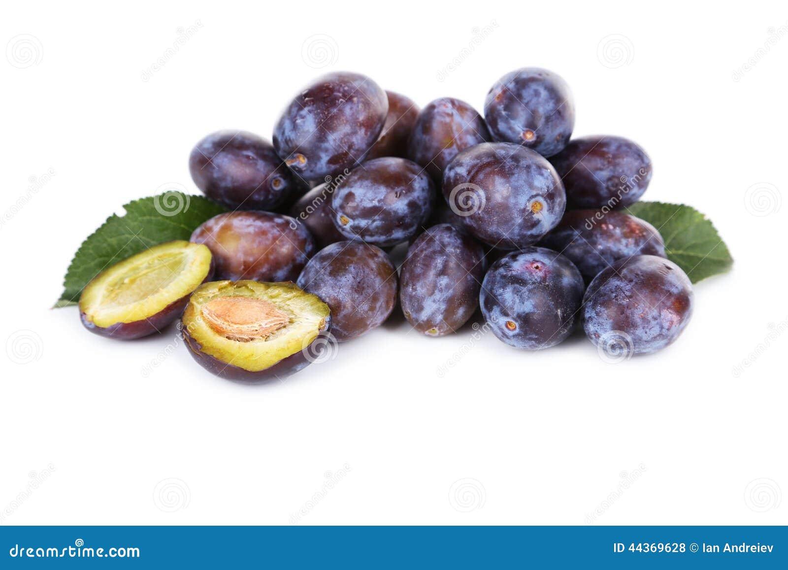 Prugne fresche isolate su bianco