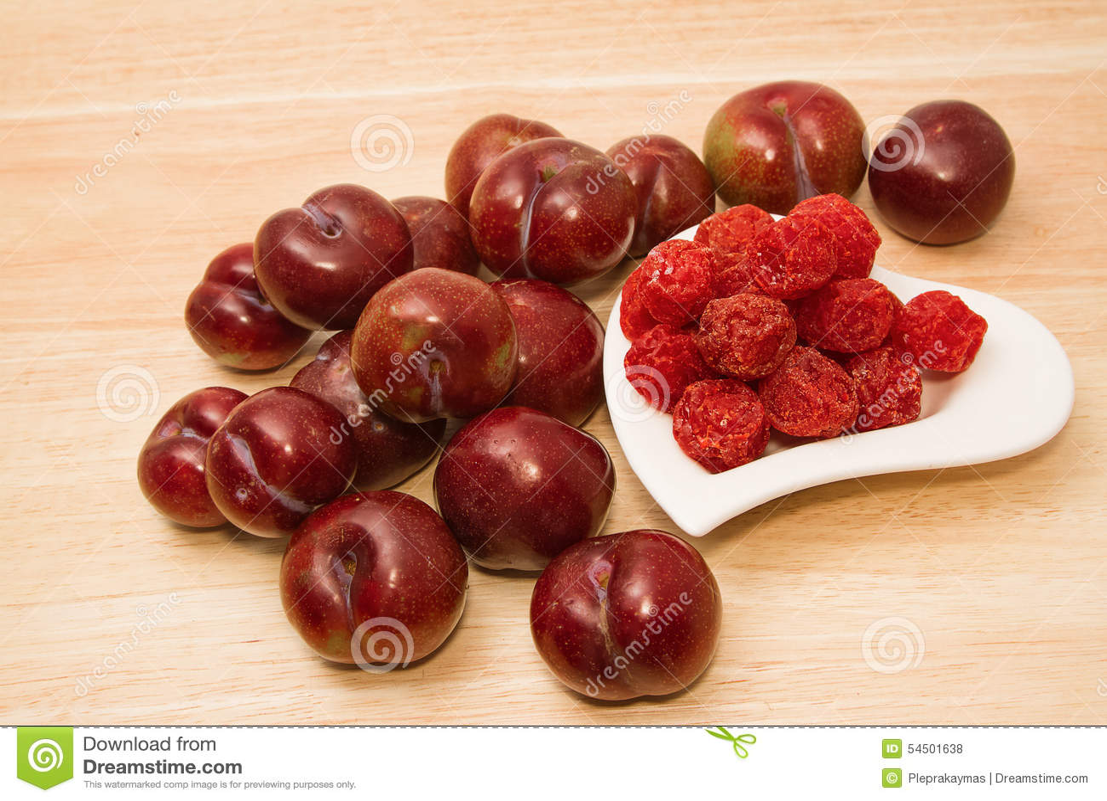 Prunes sèches et prunes fraîches