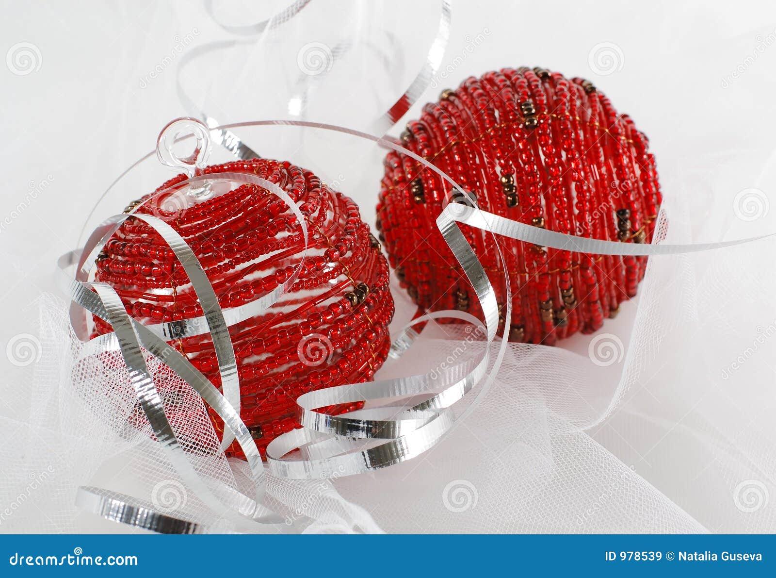 Prydd med pärlor silver två för band för julprydnadar röd