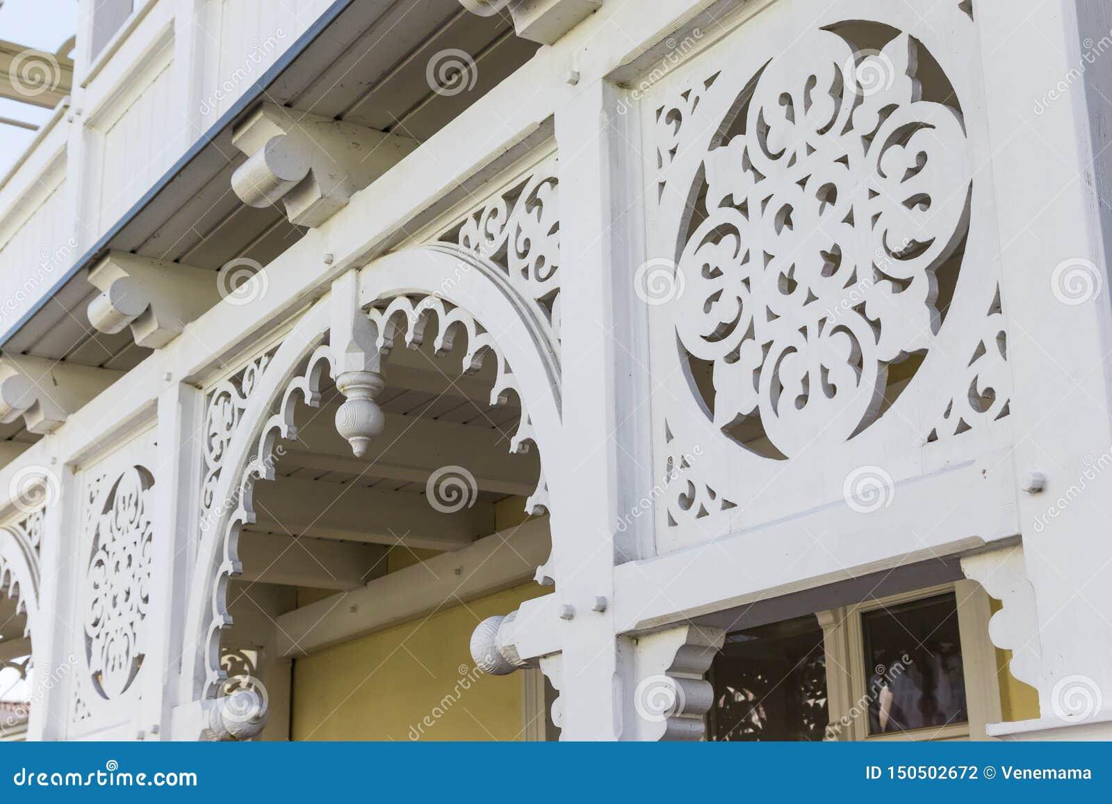 Prydnaddetalj av traditionell brunnsortarkitektur i Sellin