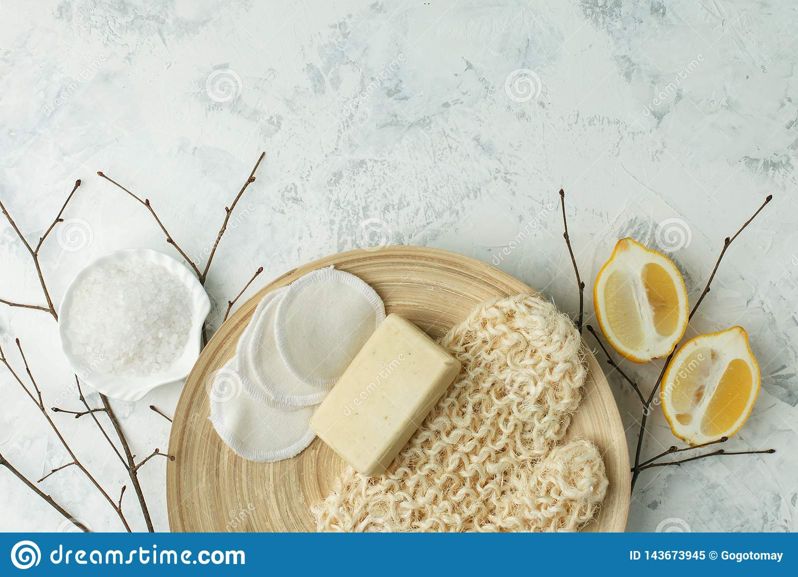 Prysznic akcesoria - masuje muśnięcie, gąbka, cytryna, morze sól, mydło na lekkim tle, odgórny widok Czyścić skóra, pętaczka,
