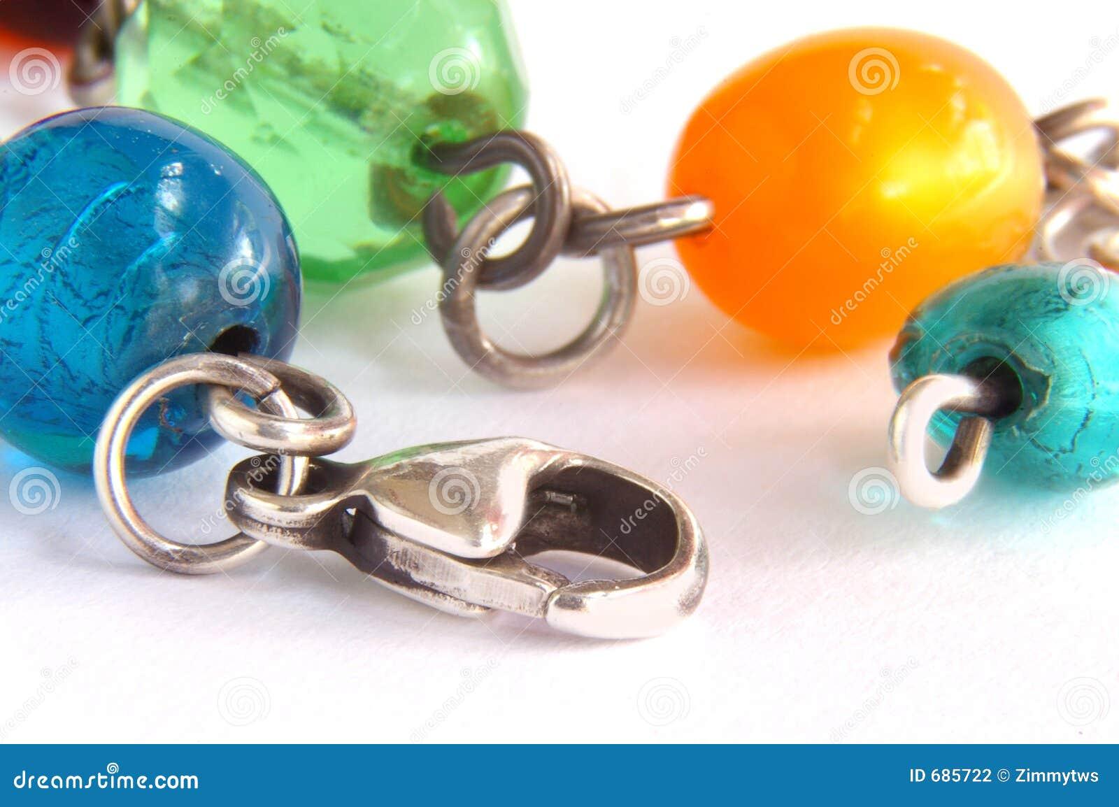 Prytt med pärlor halsband