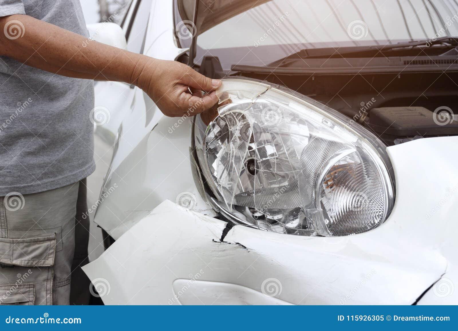 Przód biały samochód dostaje uszkadzającym wypadkiem na drodze