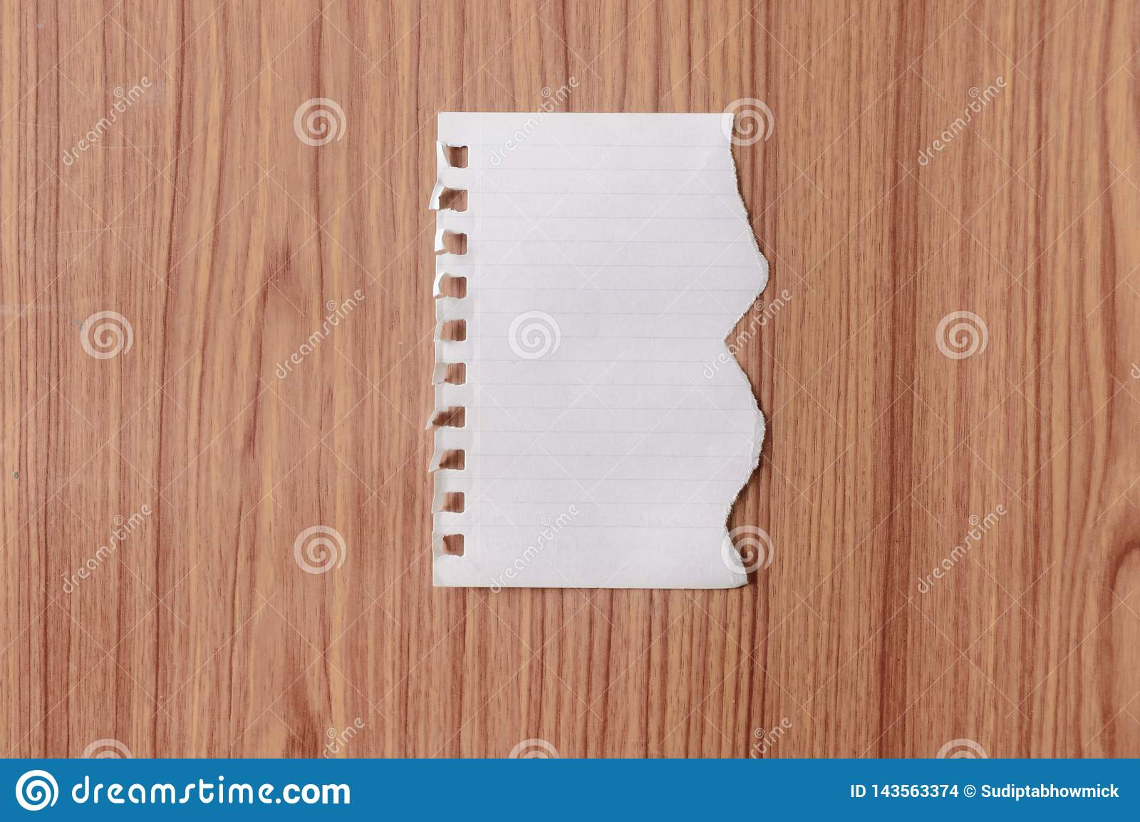 Prześcieradło notatnika papier z poszarpanym krawędzi pustym miejscem rozdzierał kawałek na odosobnionym nadmiernym drewnianym st
