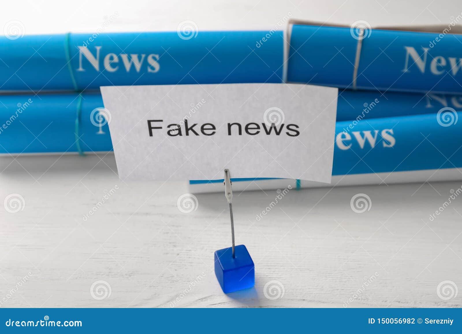 Prześcieradło papier z tekst imitacji wiadomością na stole