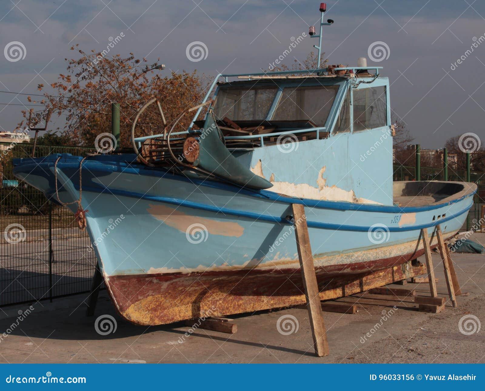 Przechodzić na emeryturę łódkowaty odpoczywać na brzeg na stojakach
