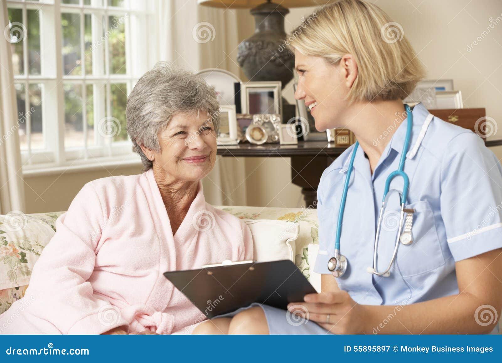 Przechodzić na emeryturę Starsza kobieta Ma zdrowie czeka Z pielęgniarką W Domu