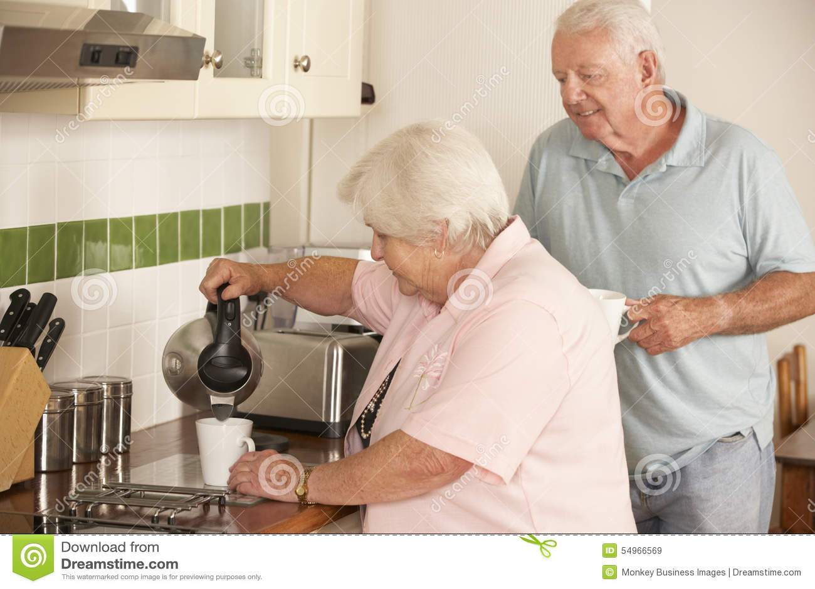 Przechodzić na emeryturę Starsza para W kuchni Robi Gorącemu napojowi Wpólnie