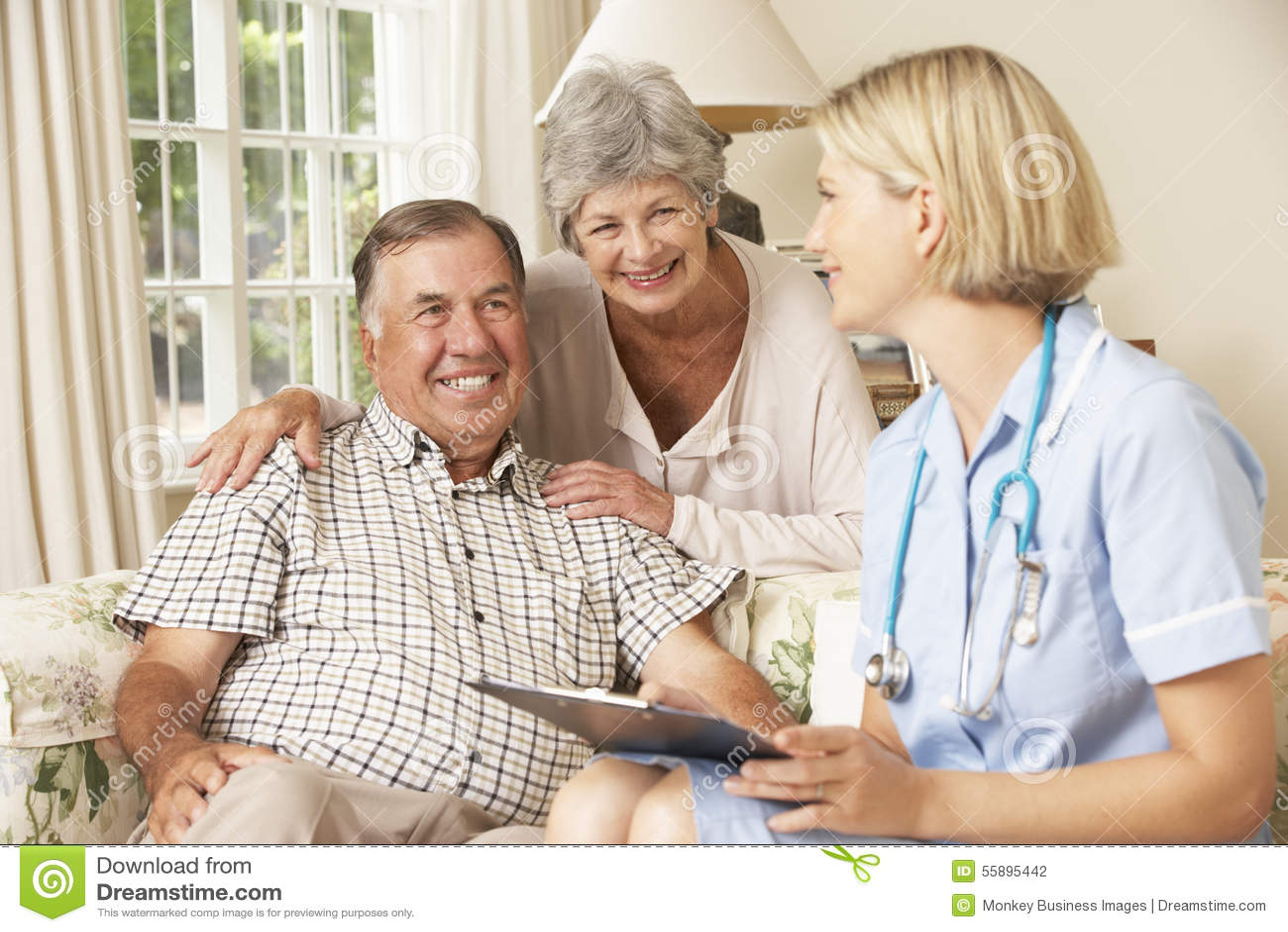 Przechodzić na emeryturę Starszy mężczyzna Ma zdrowie czeka Z pielęgniarką W Domu