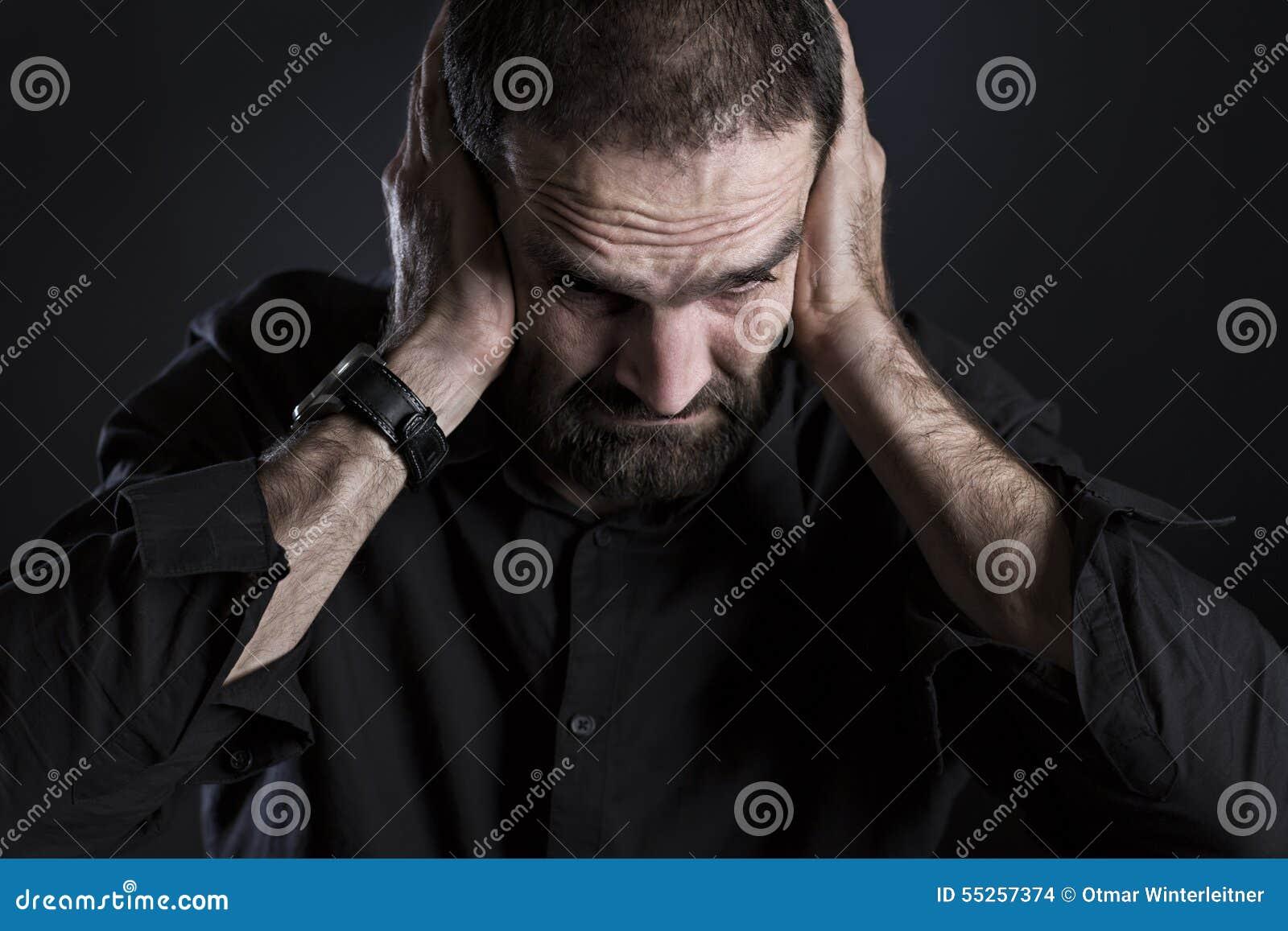 Przeciążam udaremniał mężczyzna nakrywkowych ucho i patrzeć rozpaczający