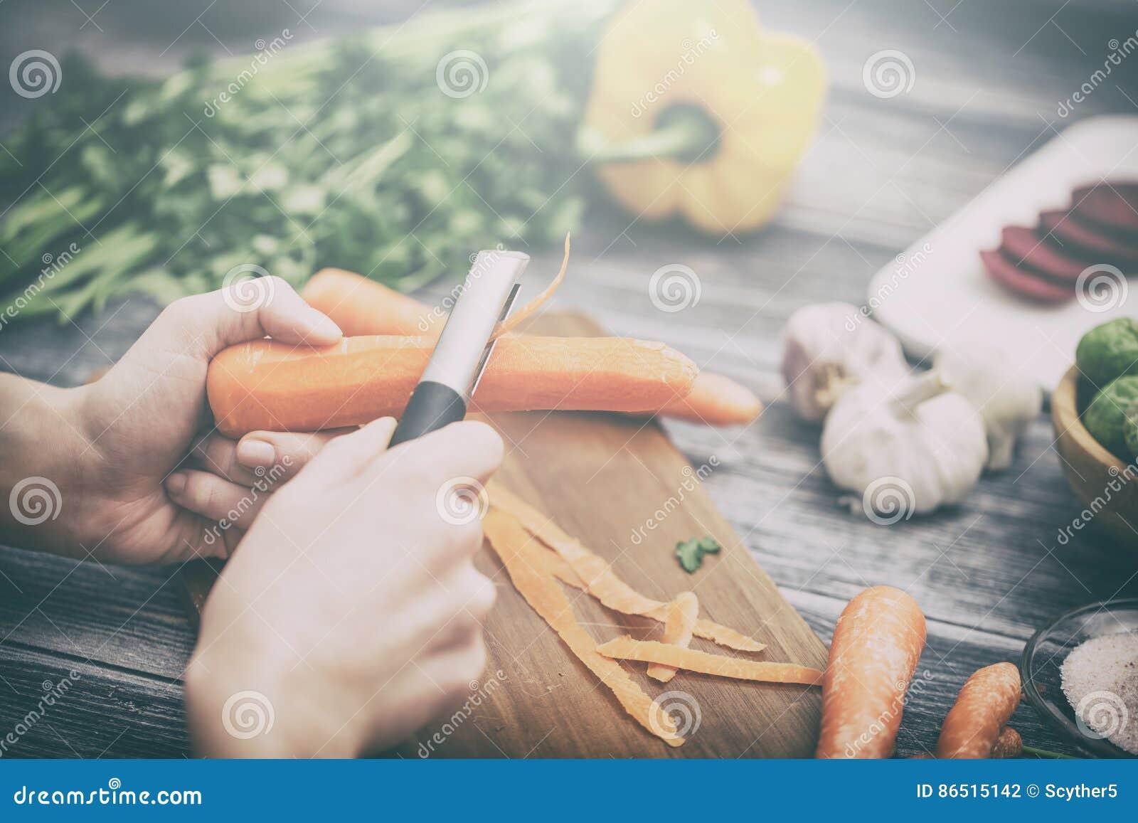 Przecinanie, ciapanie i obieranie warzywa gotują
