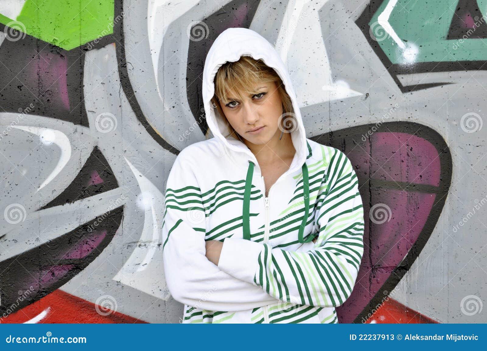 Przeciw dziewczynie graffiti opierali nastoletnią ścianę