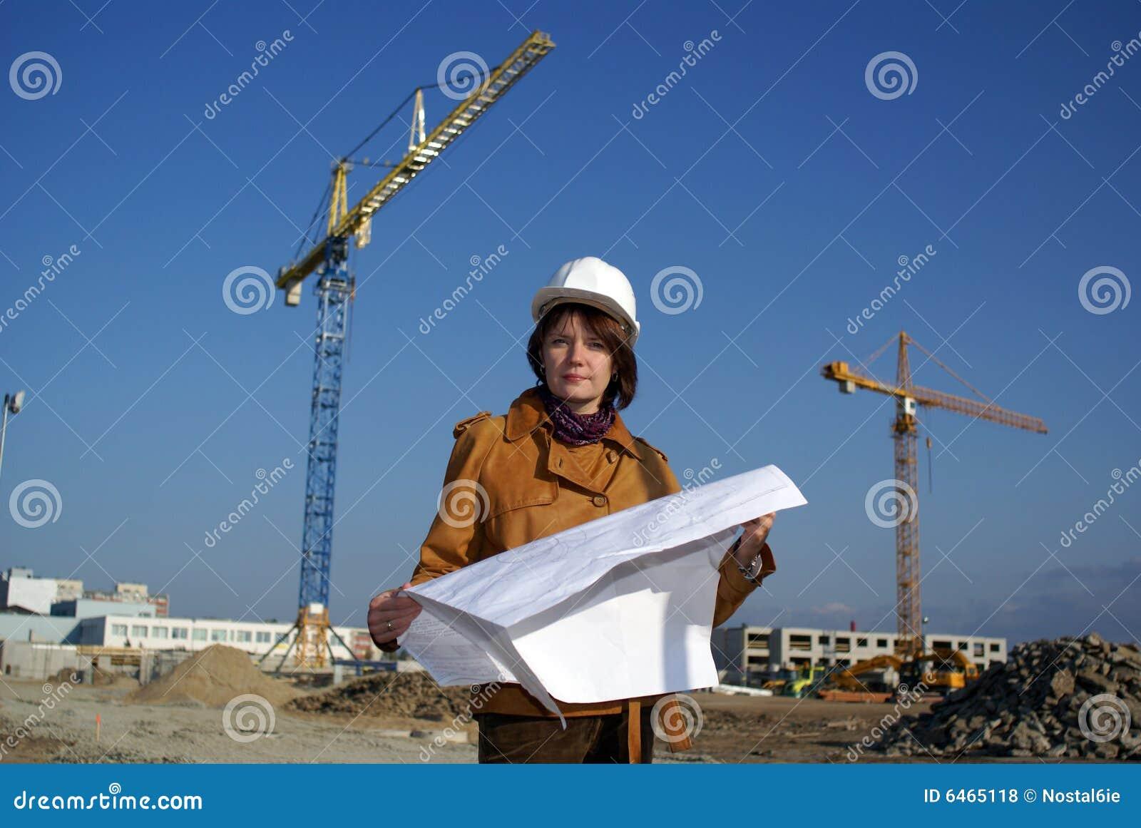 Przeciwko architektów projektów żurawiom trzyma kobietę
