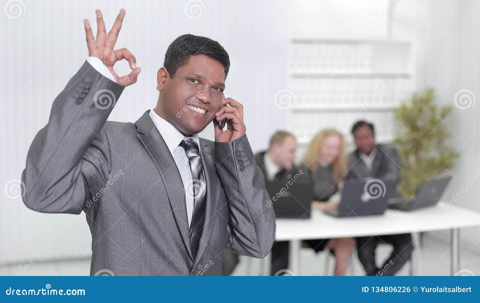 Przedpole biznesmen pokazuje OK gest