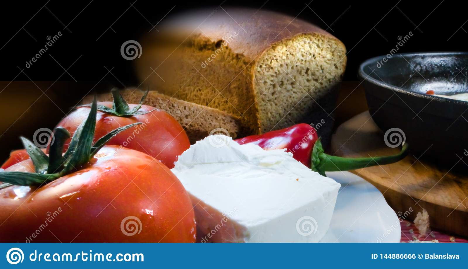 Przedpole z pomidorami, serem, pieprzem, chlebem i smaży niecką,