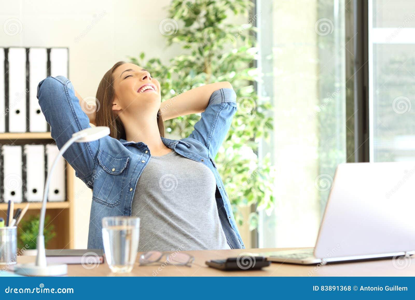 Przedsiębiorca odpoczywa przy biurem