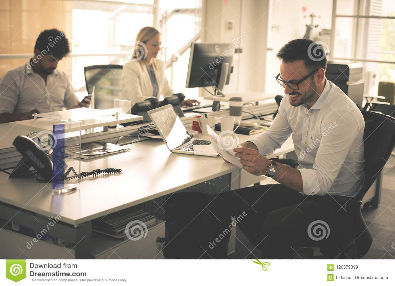 Przedsiębiorcy do pracy Ludzie biznesu wpólnie w biurze