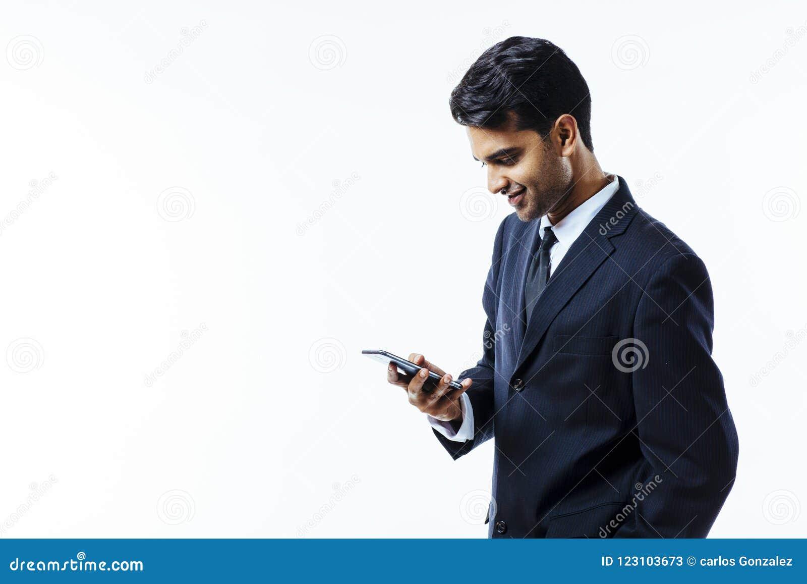 Przedsiębiorcy ono uśmiecha się patrzeć jego telefon