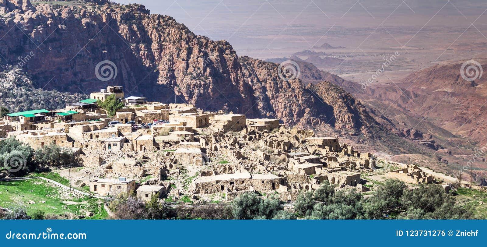 Przegląd Dana wioska na krawędzi Dana rezerwata przyrody w Jordania, z wadim Arab i pustynią Izrael w