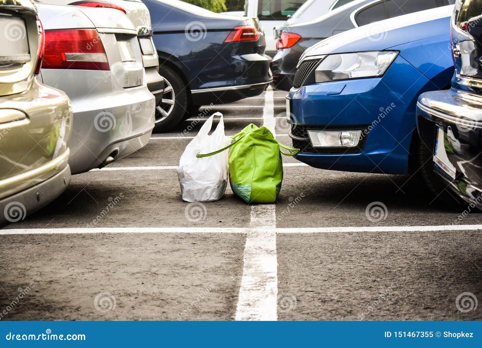 Przegrani bagages w parking przez samochodów Forgoten torby na miasto parking