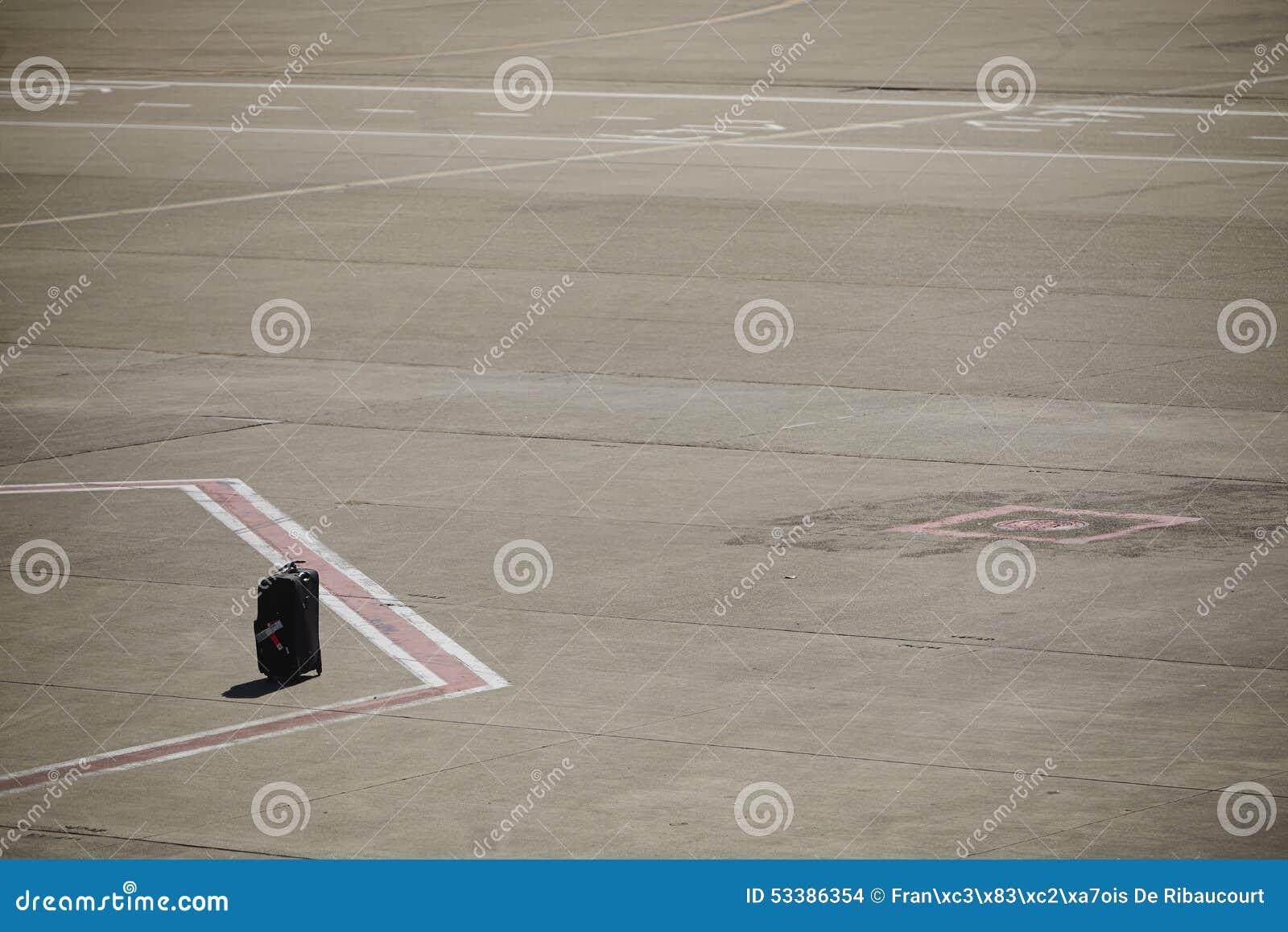 Przegrany bagaż na lotniskowym pasie startowym