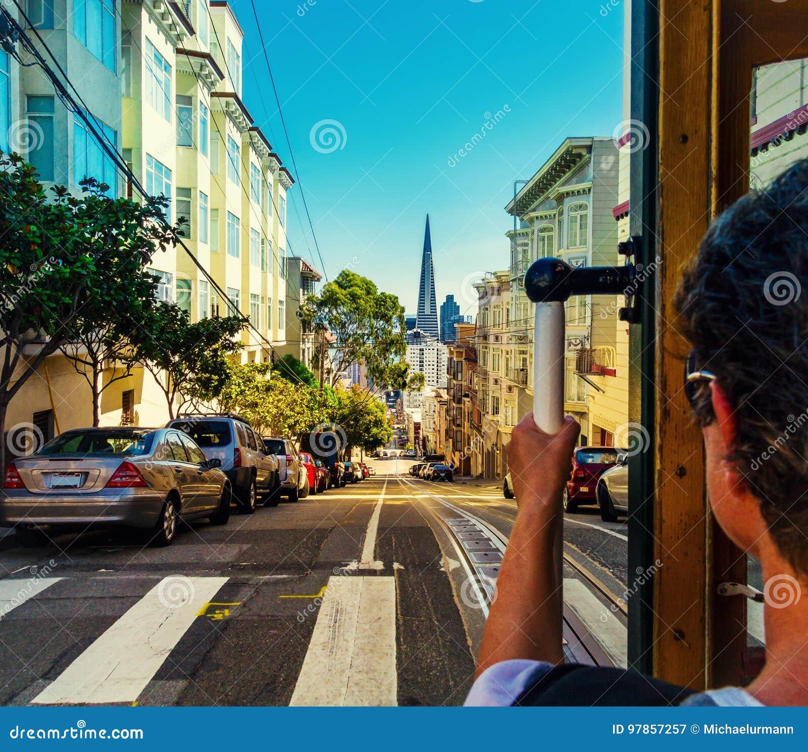 Przejażdżka z wagonem kolei linowej w San Fransisco Obrazek pokazuje osoby jedzie sławnego MUNI pociąg na kamieniarz linii