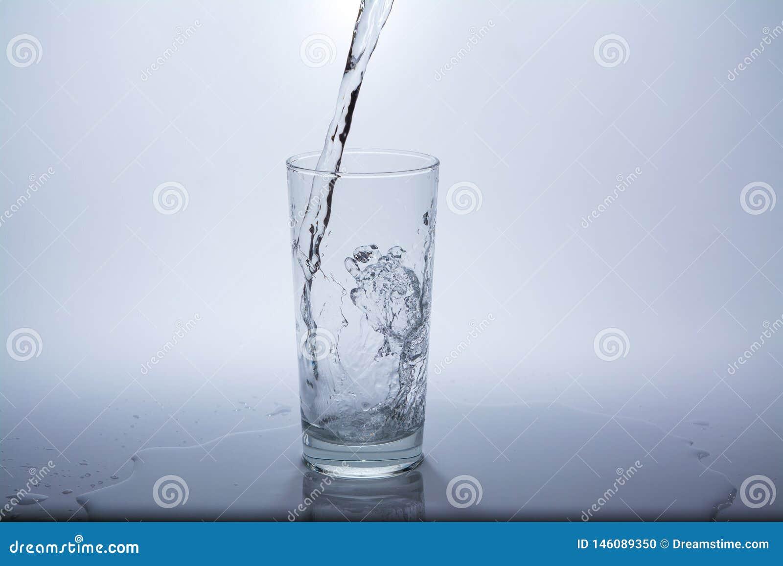 Przejrzysty szkło z czystą wodą pitną