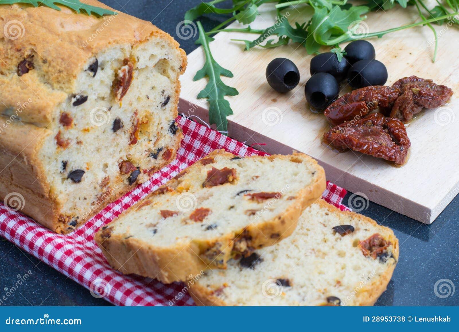 Przekąska chleb z pomidorami i oliwkami