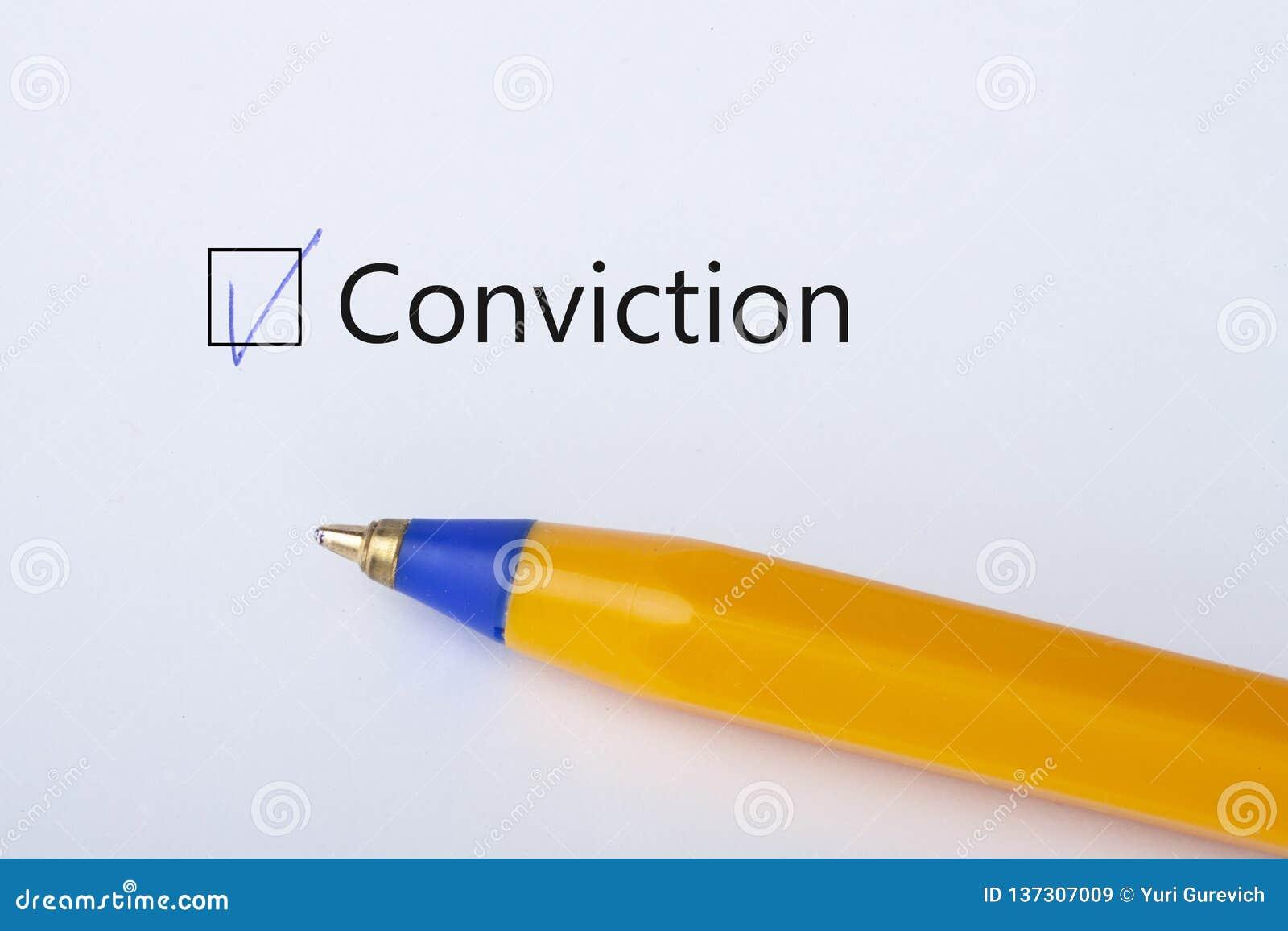 Przekonanie - checkbox z cwelichem na białej księdze z żółtym piórem Listy kontrolnej pojęcie