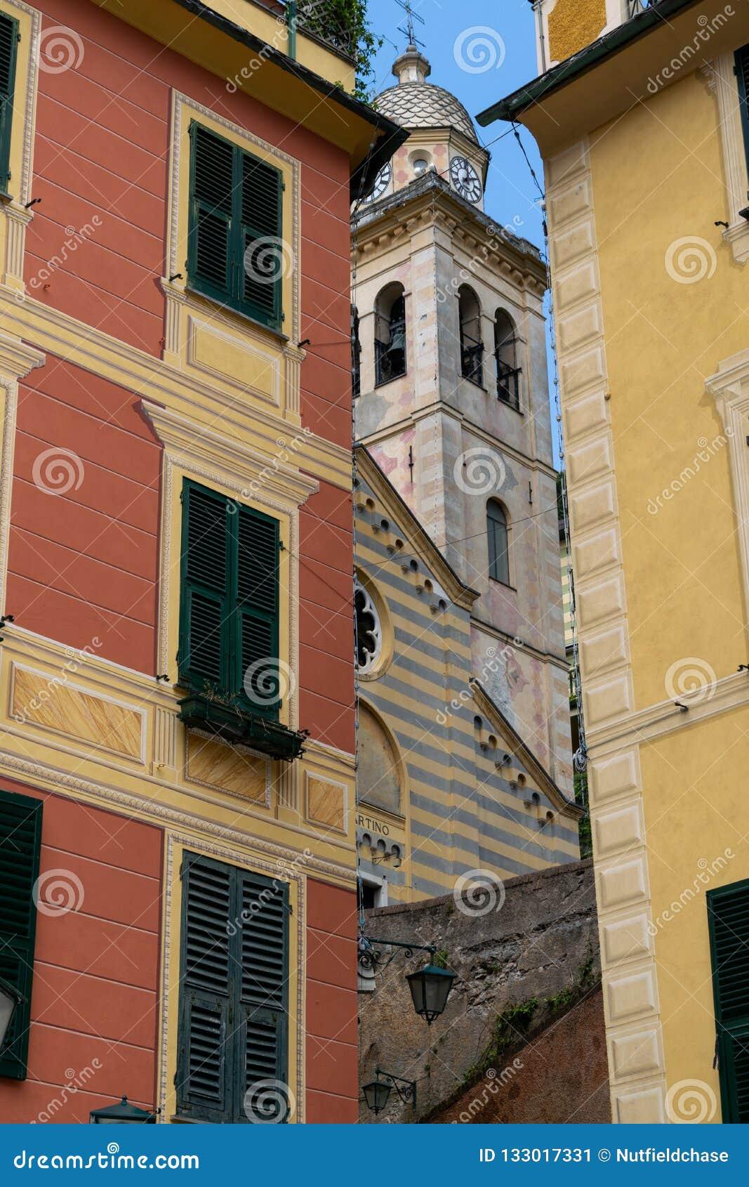 Przelotne spojrzenie wierza Farny kościół San Martino, Portofino
