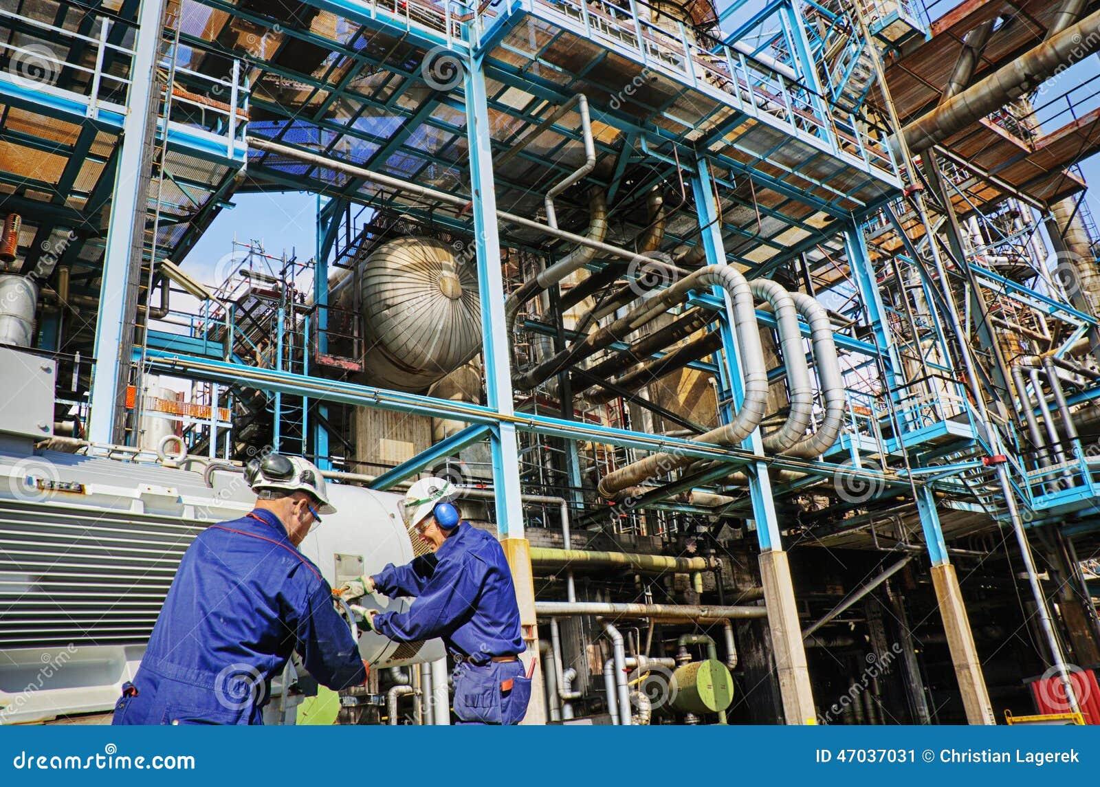 Przemysłów pracownicy wśrodku ropa i gaz rafinerii