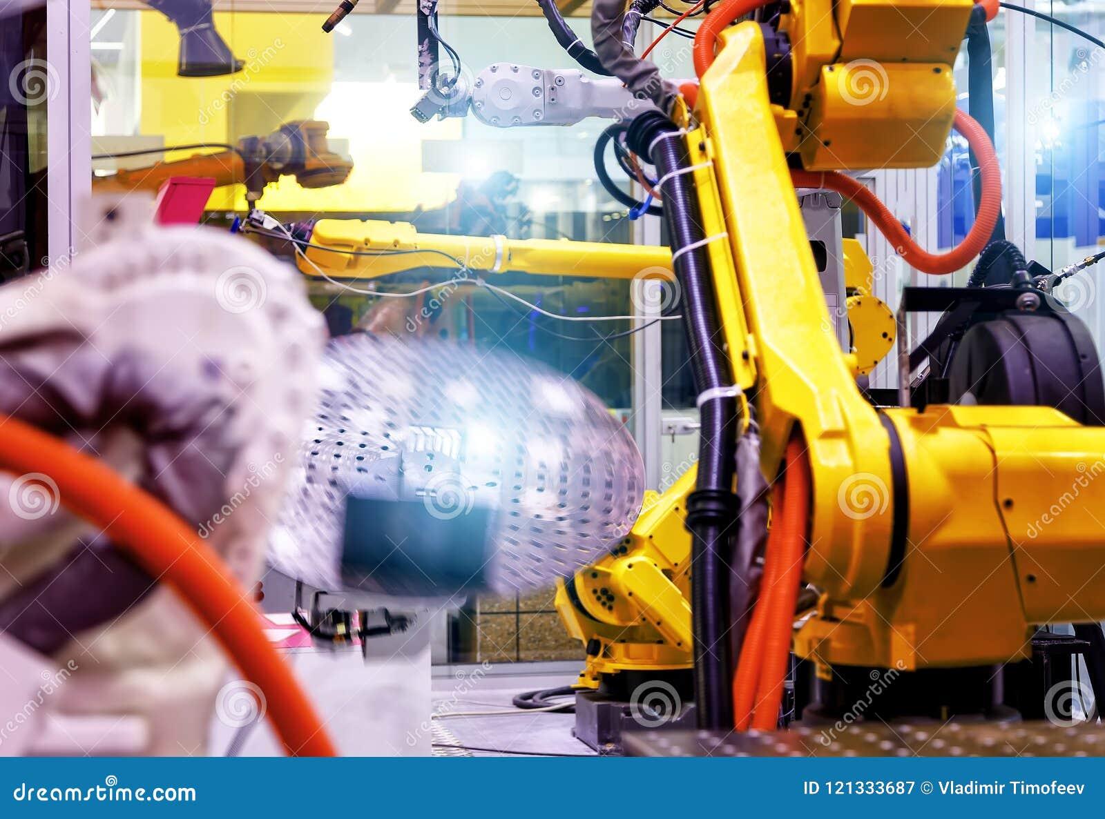Przemysłowa linia z żółtymi robotami na stronach, produkci i przerobie metal części, slective ostrość