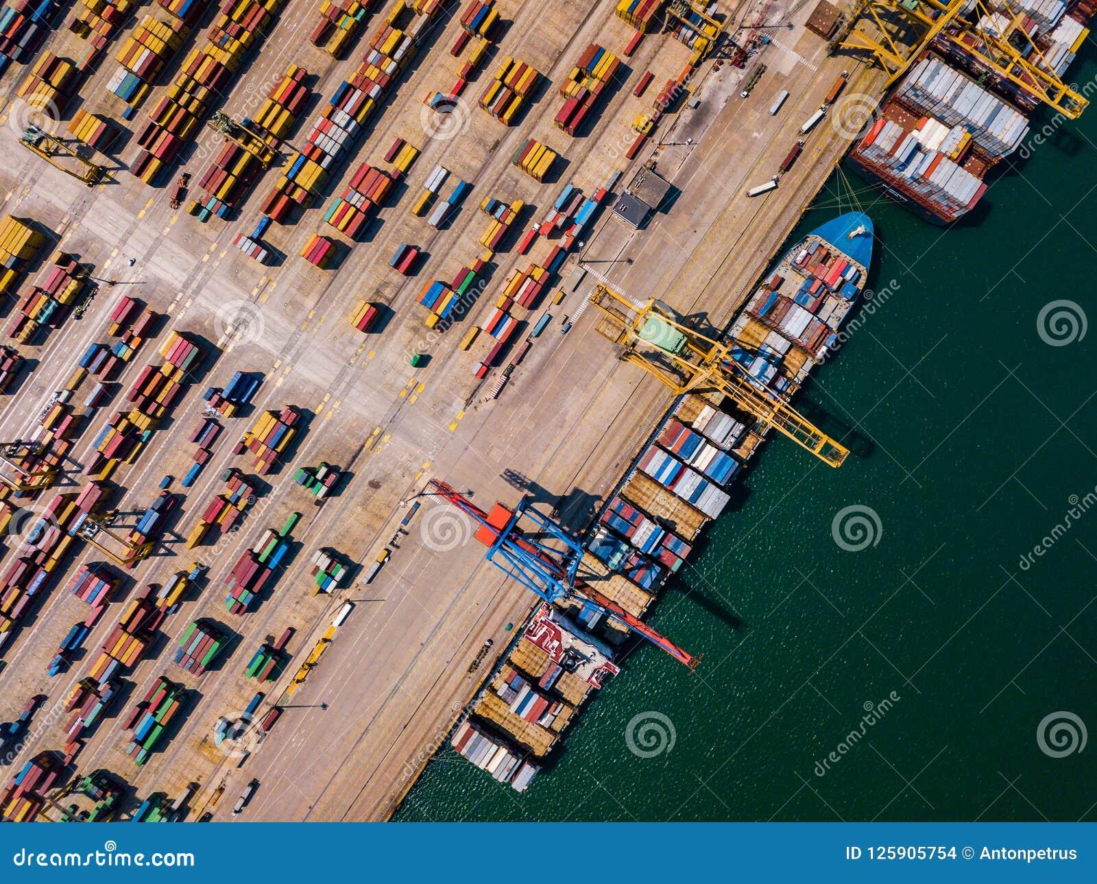 Przemysłowy ładunku teren z zbiornika statkiem w doku przy portem, widok z lotu ptaka