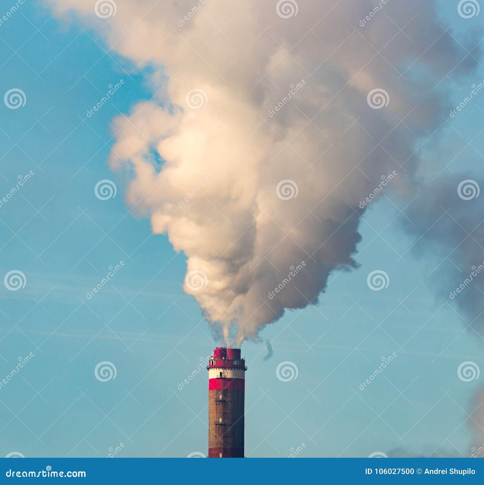 Przemysłowy dym od rośliny zanieczyszcza powietrze
