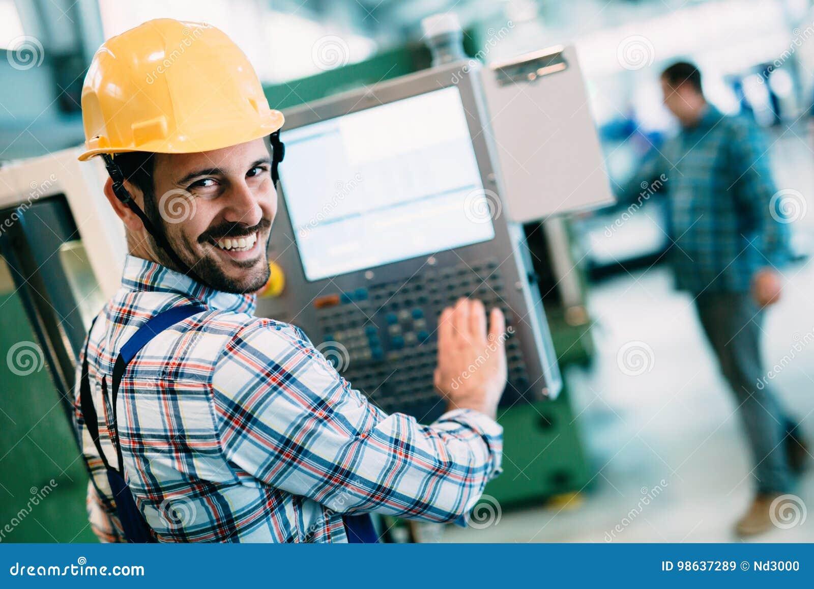 Przemysłowy fabryczny pracownik pracuje w metalu przemysle wytwórczym