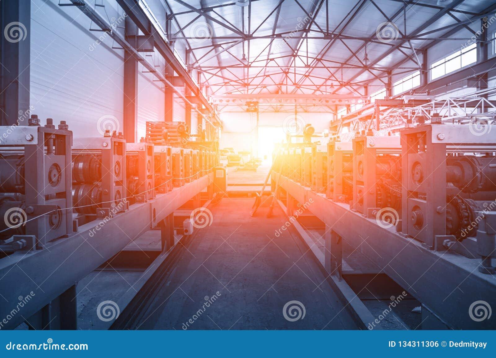 Przemysłowy fabryczny wnętrze z konwejer linią dla metal rolki tworzy jako abstrakcjonistyczny przemysłu tło