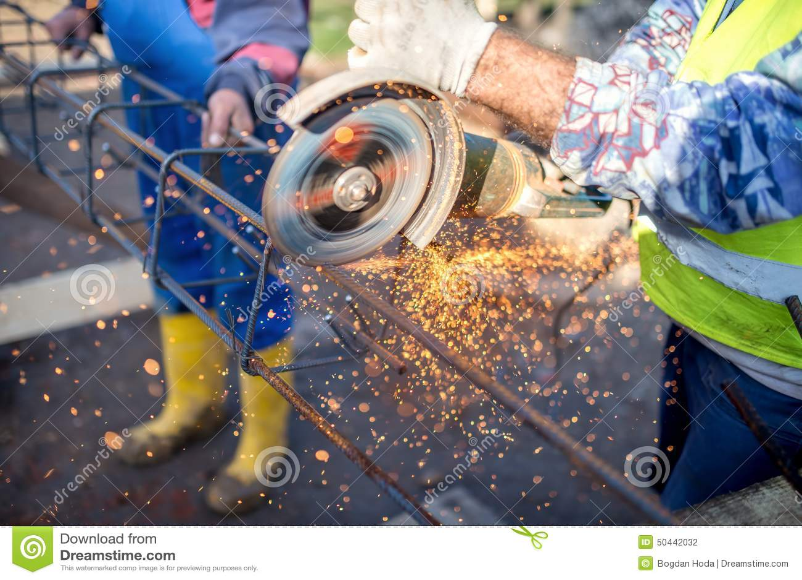 Przemysłowy inżynier pracuje na ciąć stalowego baru z kąta ostrzarzem i metal