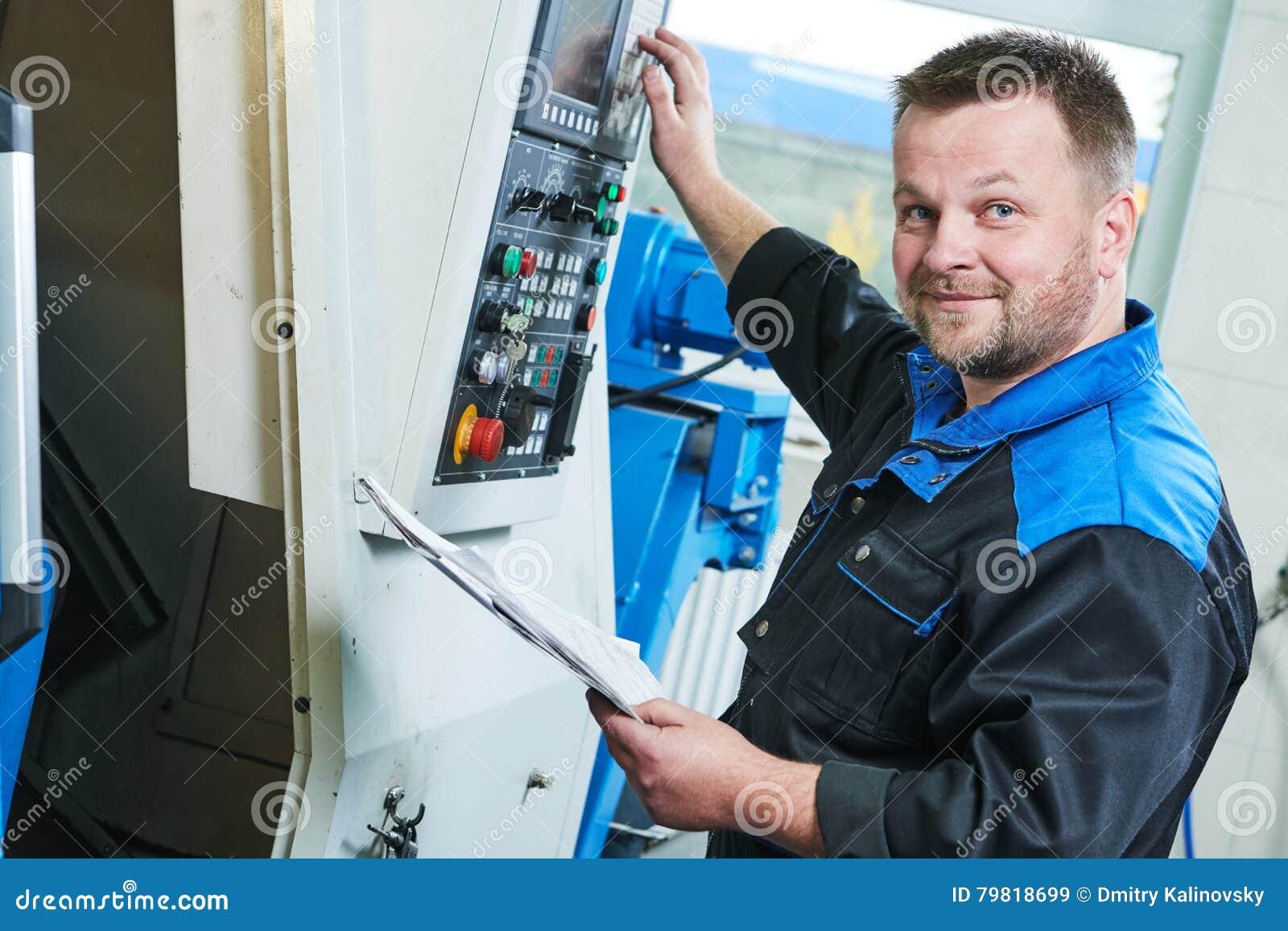Przemysłowy pracownik działa cnc kręcenia maszynę w metalu machining przemysle