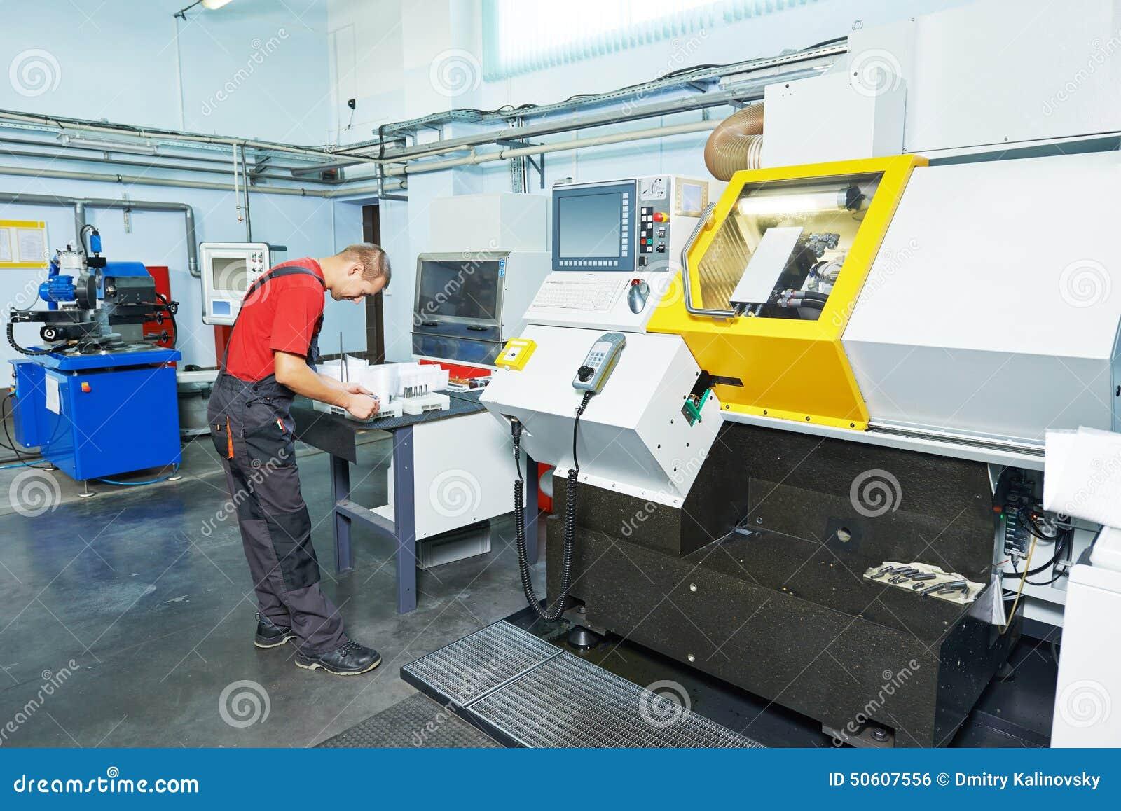 Przemysłowy pracownik przy narzędziowym warsztatem
