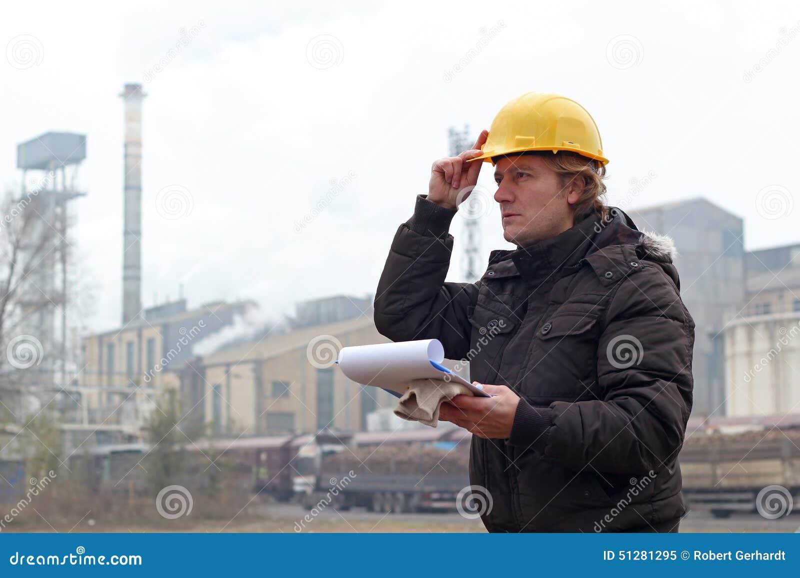 Przemysłowy pracownik z schowkiem